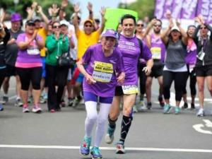 Una mujer de 92 años se ha convertido en la corredora más anciana del mundo en terminar un maratón
