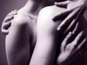 El significado de abrazar a una mujer
