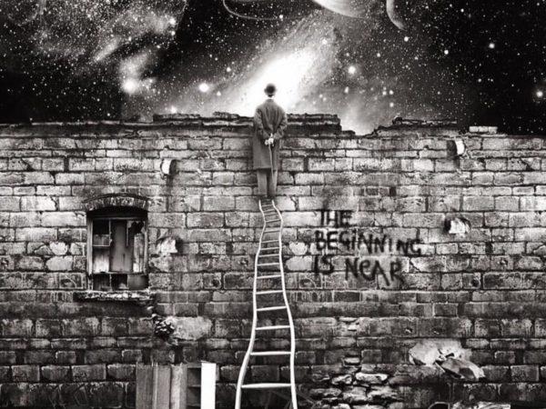 Mirando por encima del muro observó el Universo.